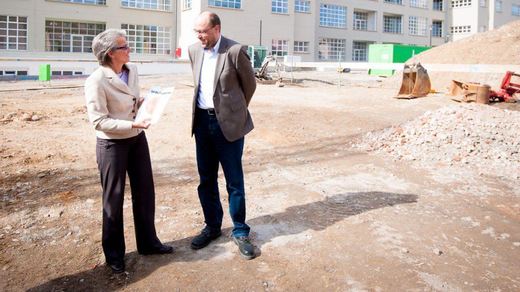 Oberbürgermeisterin Ursula Keck und Lars Bergmann bei der Grundsteinlegung