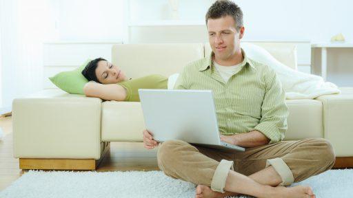 Paar auf dem Sofa