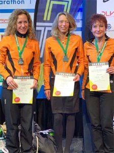 """Alejandra Schütz, Sandra Morchner und Ewa Grazyna Szczeblewski werden Deutsche Mannschafts-Vizemeisterinnen der W35/45, Bild: © """"Laufteam Kassel"""""""