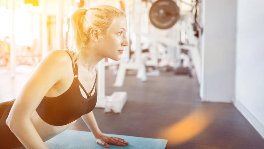 Junge Frau Macht Yoga Und Pilates Im Fitnesscenter