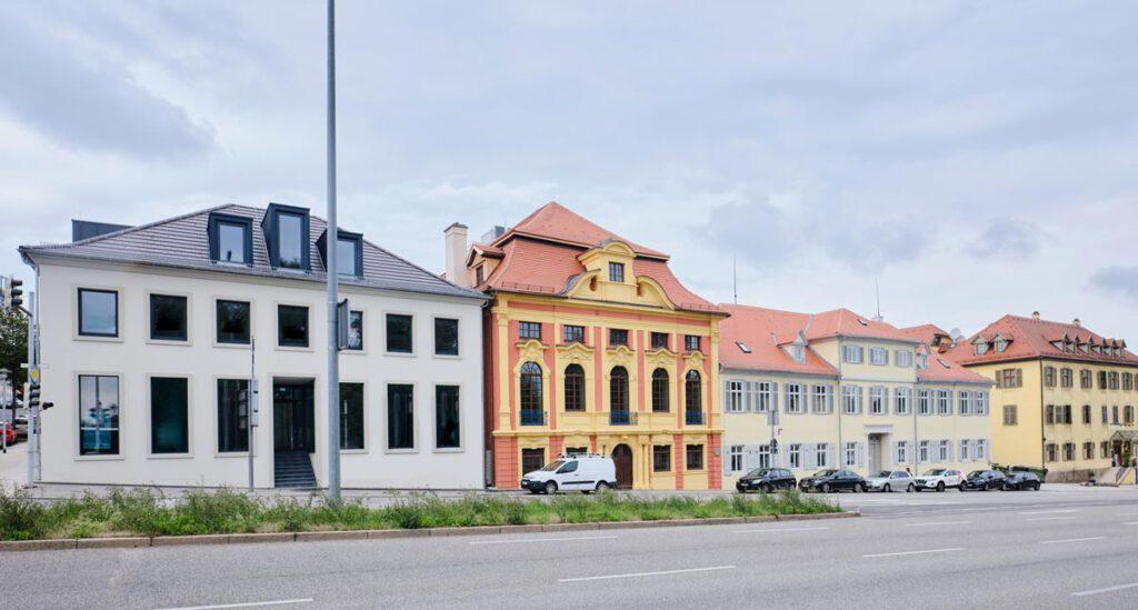 """Restaurierte Kulturdenkmale Grafenbau und Gesandtenbau, Schlossstraße Ludwigsburg - links Neubau anstelle des historischen """"Kaffeehauses"""""""