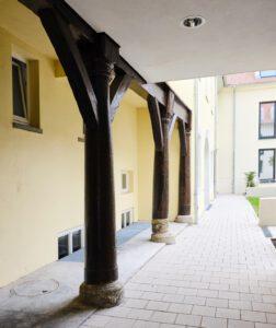 """Neues Wohnquartier """"Höfe am Kaffeberg"""", Ludwigsburg, historische Stützpfeiler im Hof hinter dem Grafen- und Gesandtenbau"""